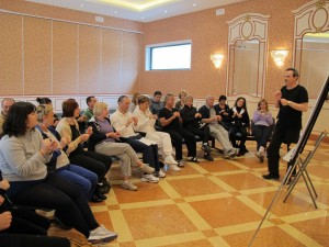 Armando Pintus insegna ai partecipanti EFT durante un Corso Più Vita